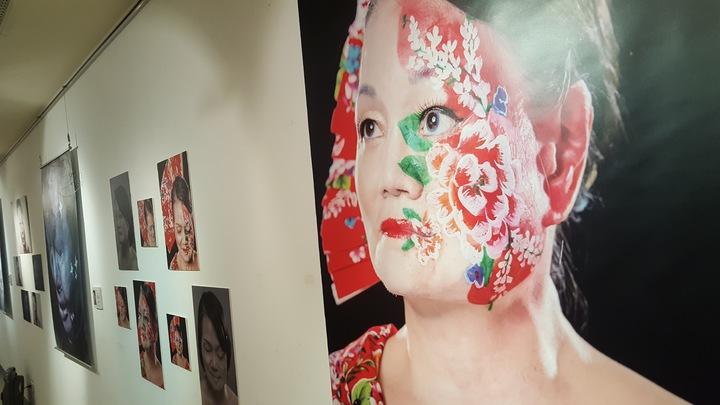 「破繭重生的美麗」攝影展上午在苗栗縣文化觀光局中興畫廊推出,10名因燒燙傷、電傷、血管瘤、神經纖維瘤、胎記、口腔癌、化學灼傷等造成顏面損傷的朋友,展出彩繪疤痕的攝影作品。記者胡蓬生/攝影