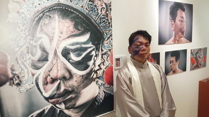 「破繭重生的美麗」攝影展上午在苗栗縣文化觀光局中興畫廊推出,35歲的李兆翔現身訴說自己的生命故事。記者胡蓬生/攝影