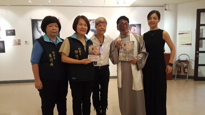 「破繭重生的美麗」攝影展上午在苗栗縣文化觀光局中興畫廊推出。記者胡蓬生/攝影