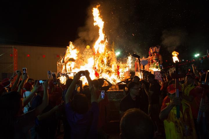 大士爺文化祭昨天舉行火化儀式。 圖片/余信賢提供