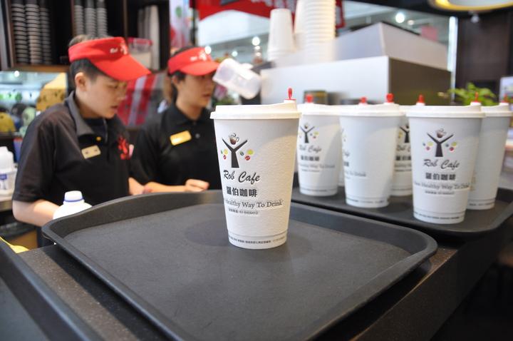 中華電信桃園營業處改裝打造桃園服務中心為台灣首家中華電信複合門市,門市右側還有連鎖的羅伯咖啡進駐。記者張裕珍/攝影