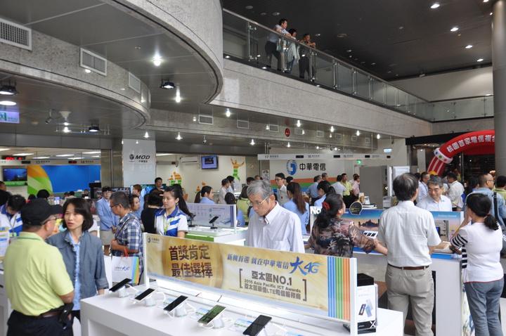 中華電信桃園營業處改裝打造桃園服務中心為台灣首家中華電信複合門市,今天熱鬧開幕,店內除了既有的電信服務,還有手機、3C配件、綠色節能商品等展售區。記者張裕珍/攝影