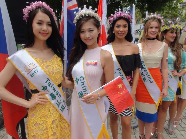 來自50國的佳麗一字排開,展露姣好身材和面容。記者余采瀅/攝影
