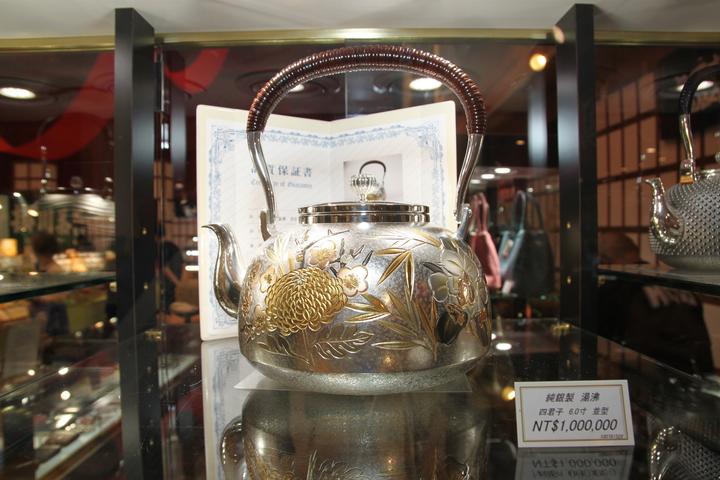 這只由大淵銀器製作的銀壺,訂價100萬元。記者黃寅/攝影