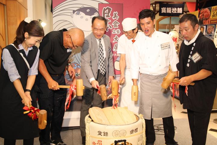 中友百貨日本美食工藝大展今天開展,總計網羅40位日本的冠軍級職人到現場服務。記者黃寅/攝影
