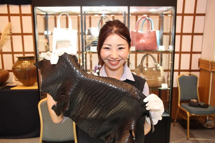 YAMAGIWA皮件都是用小鱷魚皮手工製作。記者黃寅/攝影