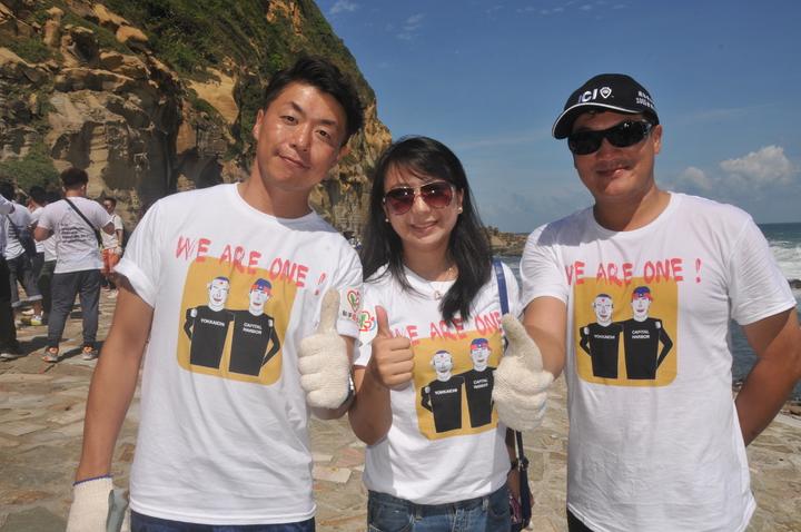 台日淨灘志工上午聯手在和平島阿拉寶灣淨灘清垃圾。記者游明煌/攝影