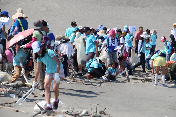 今日許多民眾全家出動為環境盡一份心力。記者洪上元/攝影