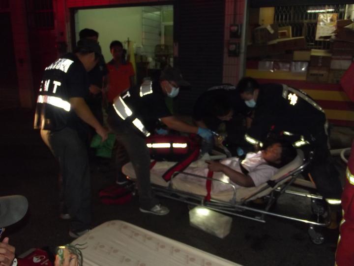 受困女子被救出送醫。記者謝恩得/攝影
