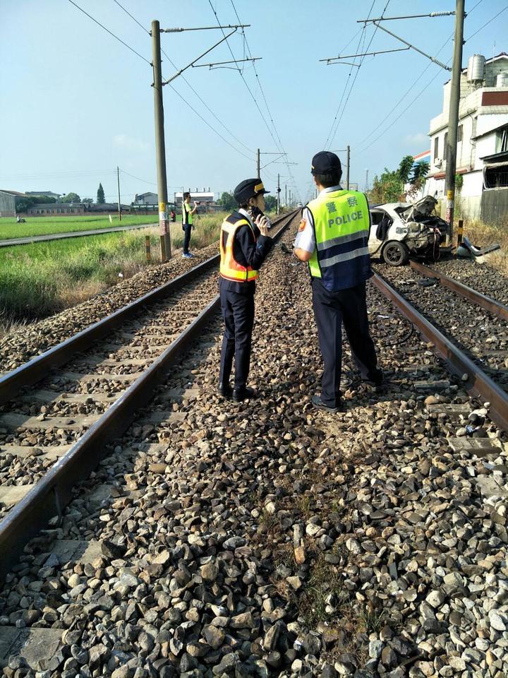 自強號撞上轎車,警方調查釐清事故原因。圖/台鐵提供