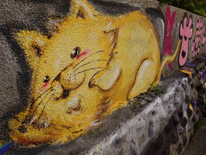 圖面彩繪成貓咪、青蛙、大象,還有一連串的客家諺語。記者郭政芬/攝影