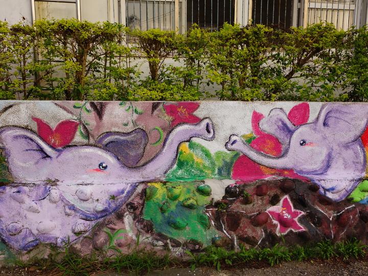 新竹縣寶山鄉新城國小暑期邀請設計師劉聰榮帶著學生彩繪校外圍牆,讓單調的牆面成為活潑生動的動物系列圖。記者郭政芬/攝影