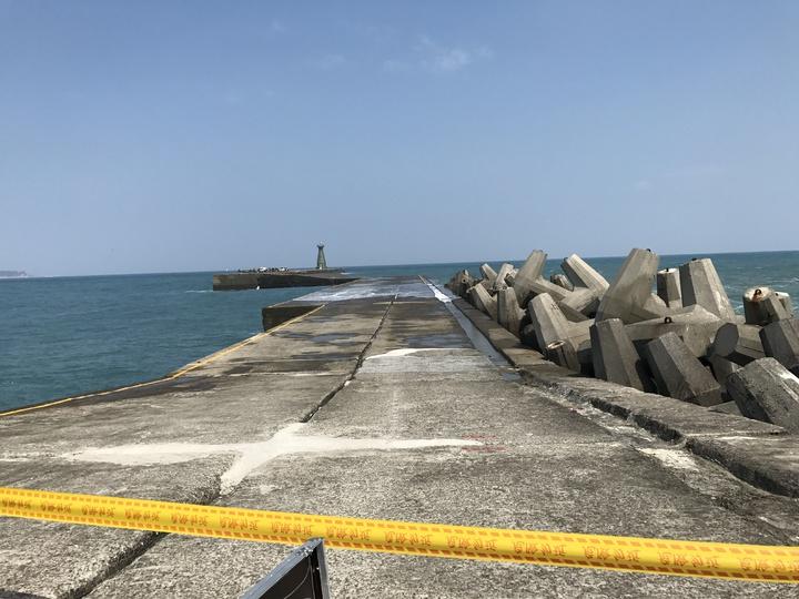 基隆港東防波堤有104人受困。記者吳淑君/攝影