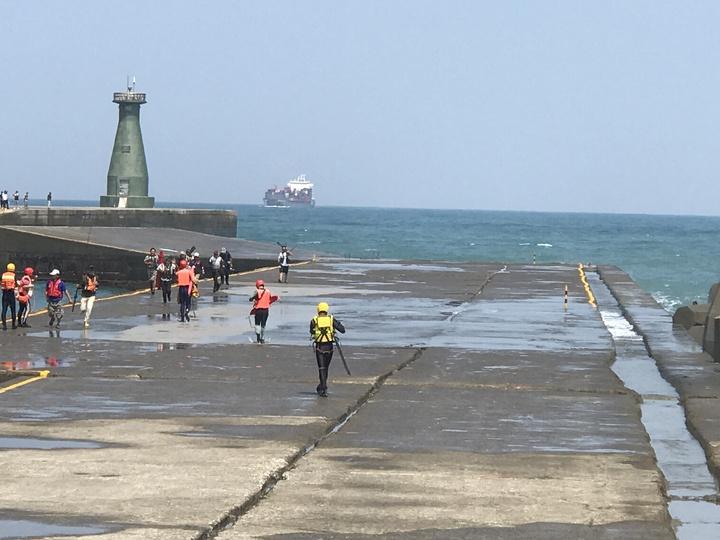 受困釣客等不及救援,自己衝出來。記者吳淑君/攝影