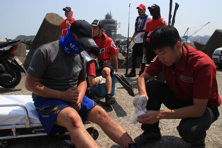 釣客受傷。記者曾健祐/攝影