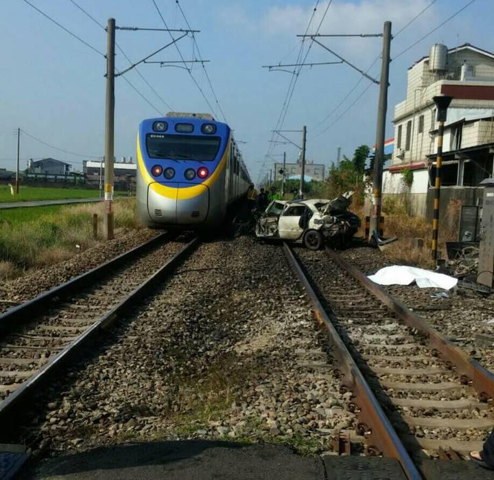 台鐵一度單向通車,其他列車經過時須放慢速度,以時速10公里經過事故現場。圖/台鐵提供