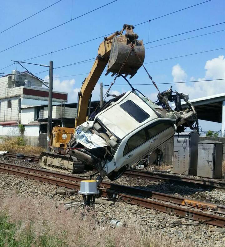 怪手將遭撞轎車吊掛移除,讓鐵路恢復雙向通車。圖/台鐵提供