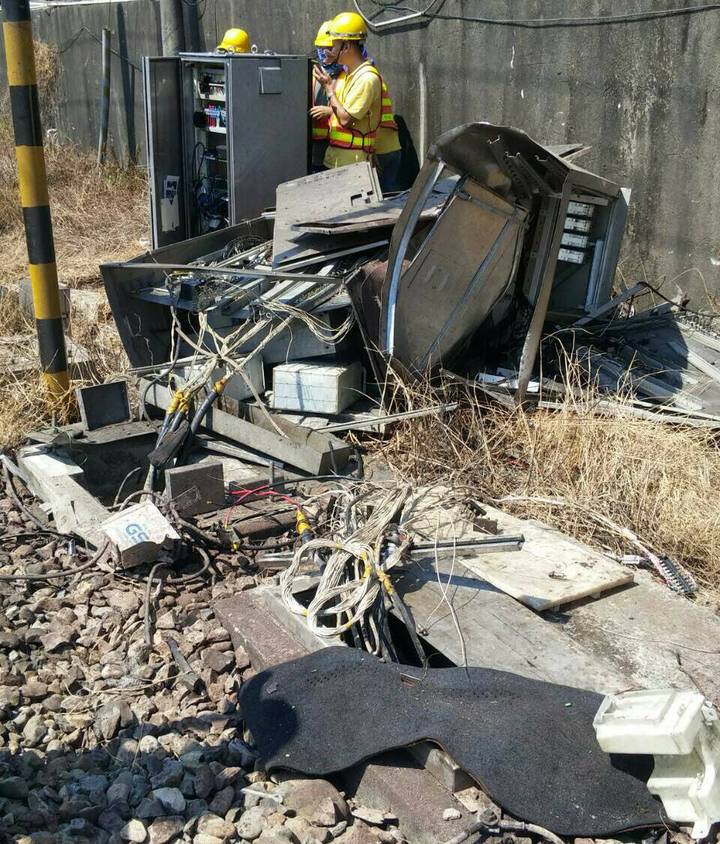 維修人員在事故現場搶修。圖/台鐵提供