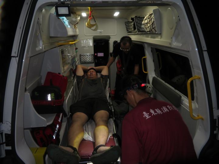 重達127公斤的許男,脫困後由救護人員送往關山慈濟醫院檢查,並無大礙。圖/關山消防大隊提供