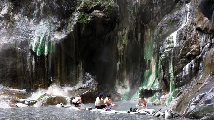 台東南橫公路上的栗松野溪溫泉,有台灣最美野溪溫泉之稱,吸引許多民眾前往。記者劉學聖/攝影