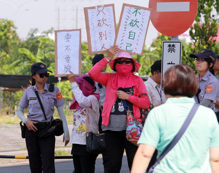 蔡英文總統今天上午到高雄出席余登發紀念音樂會,場外有反年金改革團體舉牌抗議,警方戒備。記者劉學聖/攝影