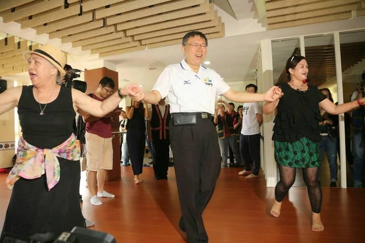 對於資深媒體人周玉蔻下辯論戰帖,台北市長柯文哲則是笑著表示「那個還好啦」,還說「誰理她(周玉蔻)啊」。圖/北市府提供