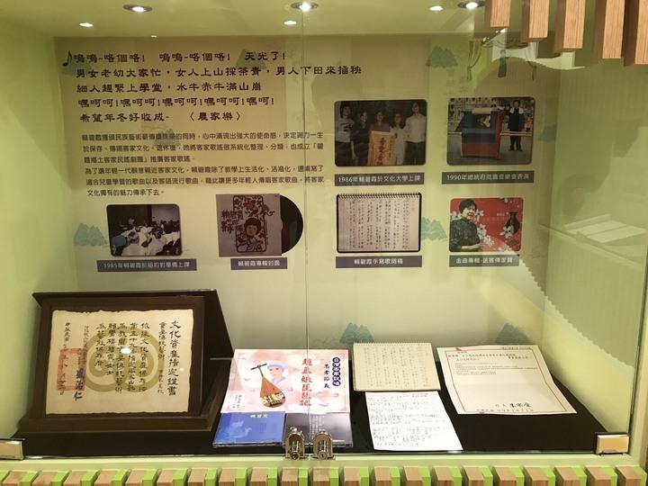賴碧霞紀念專區有許多珍貴的客家歌謠、戲劇史料。記者鄭國樑/攝影