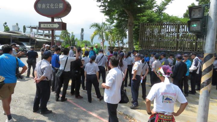 總統蔡英文今天下午到台東,有十多位退休民眾前往陳情,警方嚴陣以待。記者潘俊偉/攝影