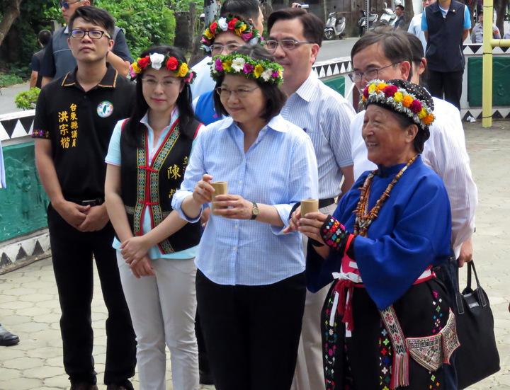 總統蔡英文(中)今天前往台東卑南族普悠瑪部落,在部落耆老林清美(前右一)的帶領下,向卑南王致敬。記者潘俊偉/攝影