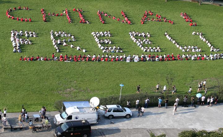 「聲援李明哲人體排字行動」下午在中央藝文公園舉行,超過300位民眾報名。眾人排成「CHINA! FREE LI」字樣,高喊「自由無罪、民主無罪、釋放明哲、ChinaFreeLi」。記者陳正興/攝影