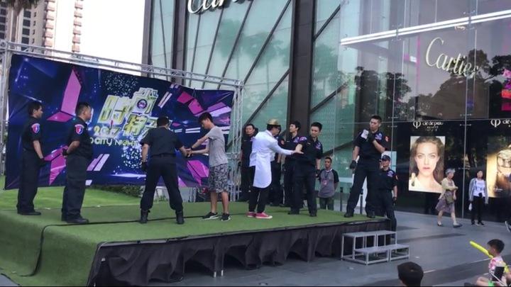 台中市警局8名特警今天在百貨商圈廣場,展現精彩戰技,還教市民簡易的防身術。記者陳宏睿/攝影