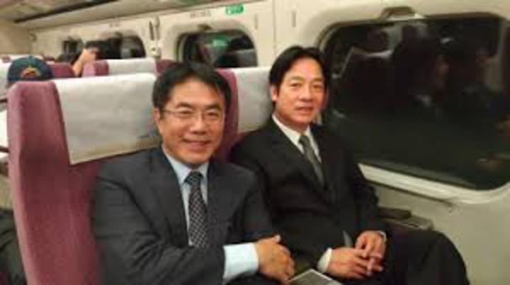 黃偉哲一張在高鐵上與行政院長賴清德合拍的照片,引發台南選情震盪。圖/取自網路