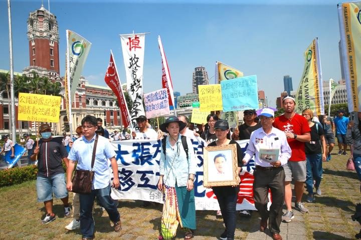 上午在台灣移工聯盟陪同,於總統府舉行「大張旗鼓新南向、移工枉死沒真相」記者會。隨後,阮國非父親阮國同與妹妹進入總統府陳情。記者黃義書/攝影