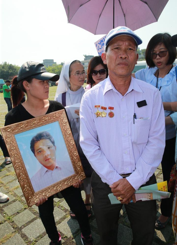 阮國非父親阮國同(右)與妹妹(左),上午在台灣移工聯盟陪同,於總統府舉行「大張旗鼓新南向、移工枉死沒真相」記者會。記者黃義書/攝影