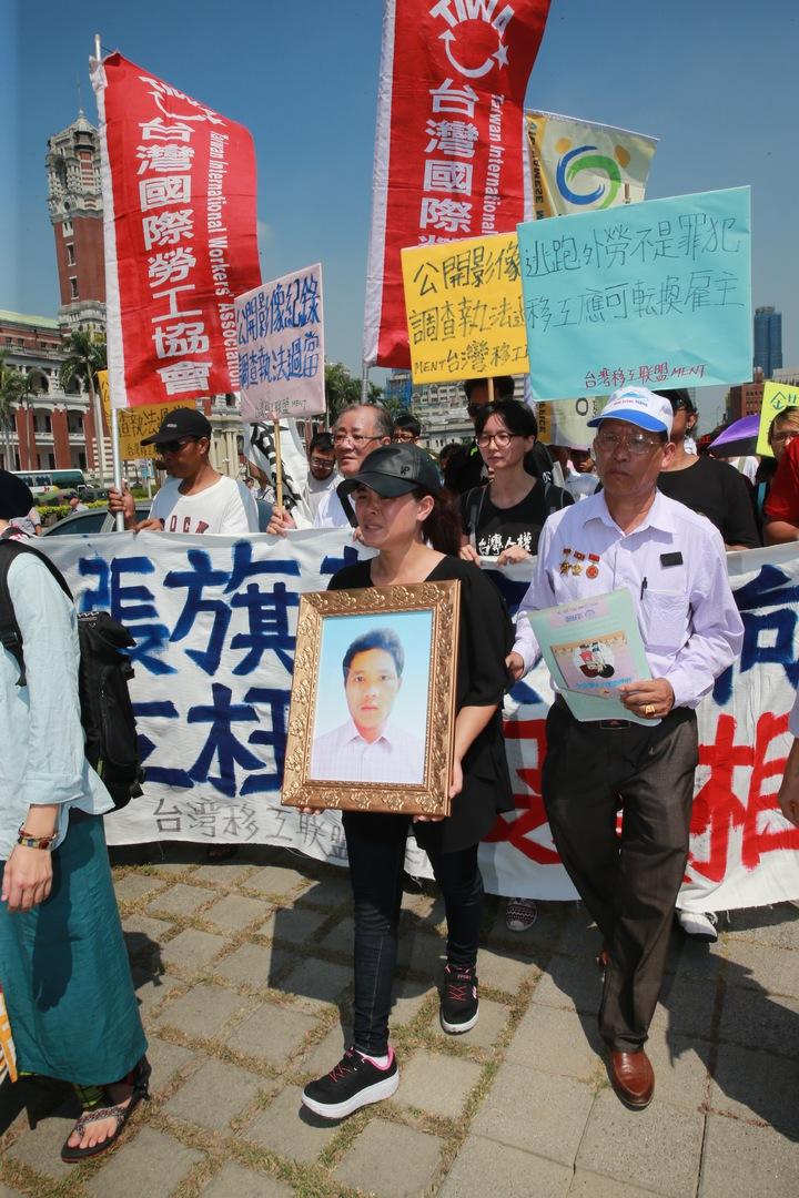上午在台灣移工聯盟陪同,於總統府舉行「大張旗鼓新南向、移工枉死沒真相」記者會。隨後,阮國非父親阮國同(右)與妹妹(中)進入總統府陳情。記者黃義書/攝影