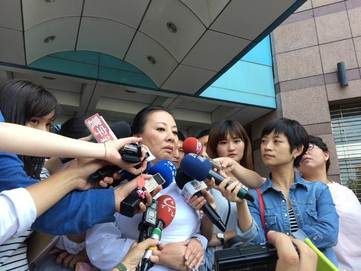 嘉義縣長張花冠(中)說明她為何對立委陳明文提告。記者丘采薇/攝影