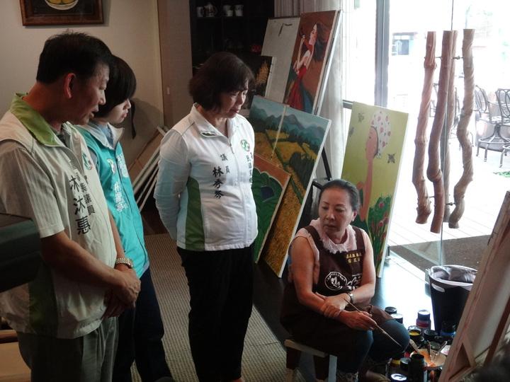 嘉義縣民進黨主委林沐惠(左)議員上午到縣長公館,扮和事佬,勸張縣長(右)以和為貴,團結為嘉義。記者魯永明/攝影