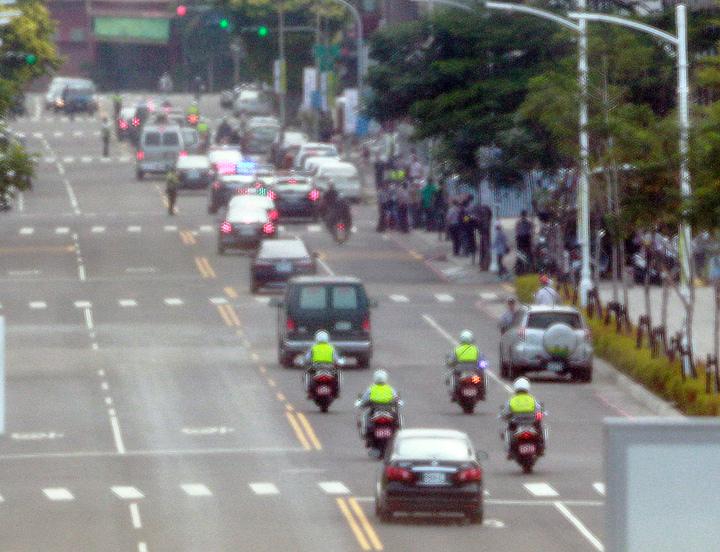 高雄市部署重兵封路,讓總統車隊通行。記者劉學聖/攝影