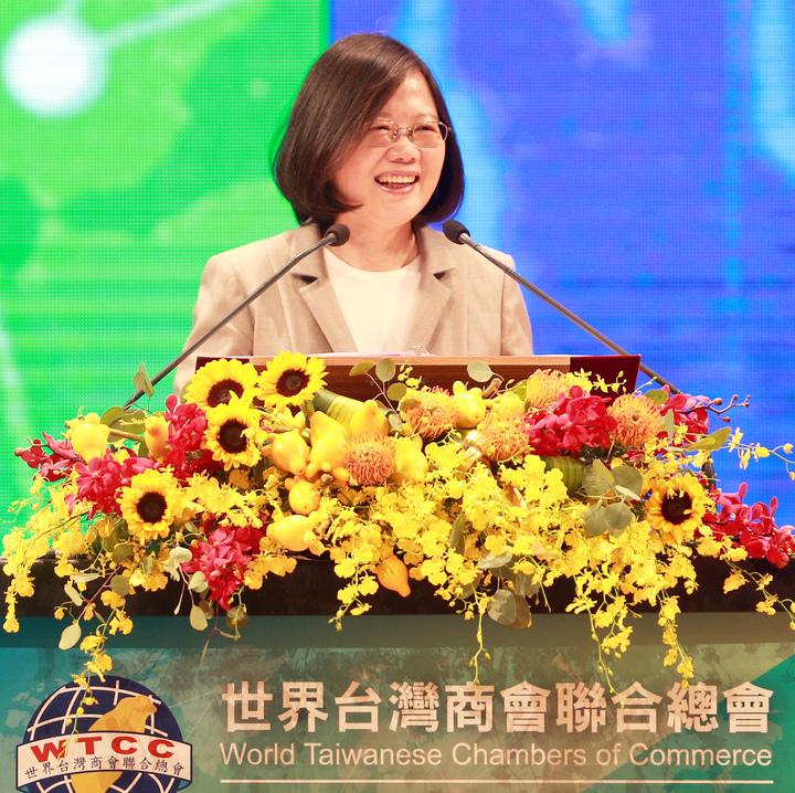 蔡英文今南下高雄出席世界台灣商會聯合總會年會開幕,她說政府負責把投資環境做好,相對的、也希望企業勇敢投資台灣。記者劉學聖/攝影