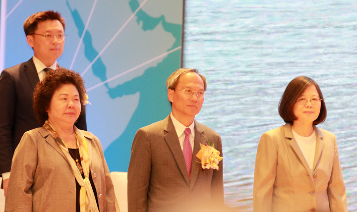 蔡英文(右)今南下高雄出席世界台灣商會聯合總會年會開幕,她說政府負責把投資環境做好,相對的、也希望企業勇敢投資台灣。記者劉學聖/攝影