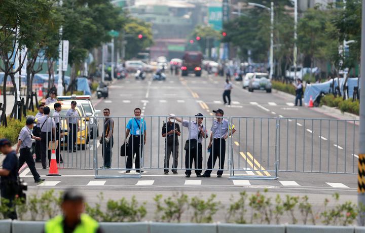 高雄市警方部署重兵封路。記者劉學聖/攝影