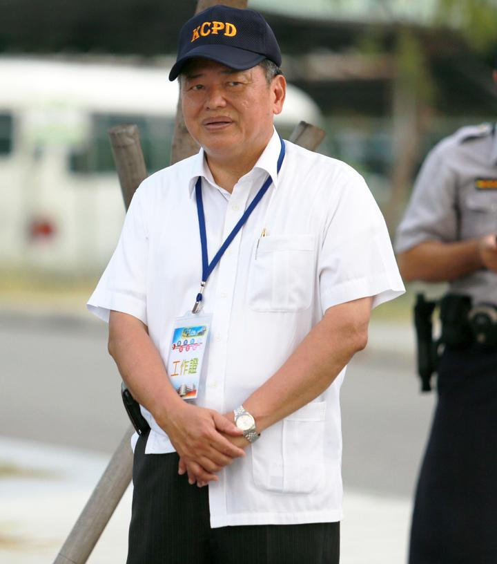 高雄市新任警察局長何明洲在場外指揮緊盯威脅情況。記者劉學聖/攝影