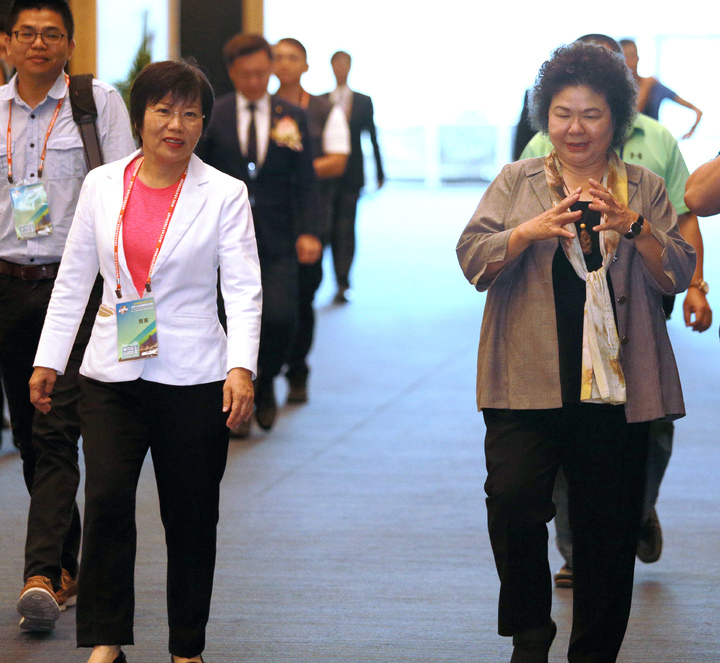 高雄市長陳菊(右)與民進黨立委劉世芳(左)一同出席世界台灣商會聯合總會年會開幕。記者劉學聖/攝影