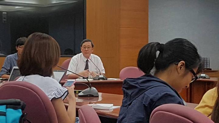 台大主秘林達德(中)表示校方將成立調查小組,一周內檢討給結果。記者吳佩旻/攝影