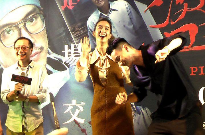 王陽明(右)與陳庭妮(中)大跳求偶「鴿子舞」,導演李啟源(左)不喊卡!記者徐如宜/攝影