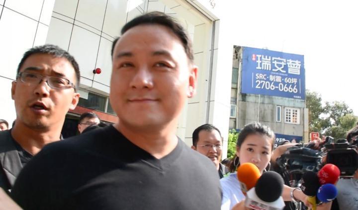 張瑋步出大安分局,微笑表示,到北檢再說。記者蕭雅娟/攝影