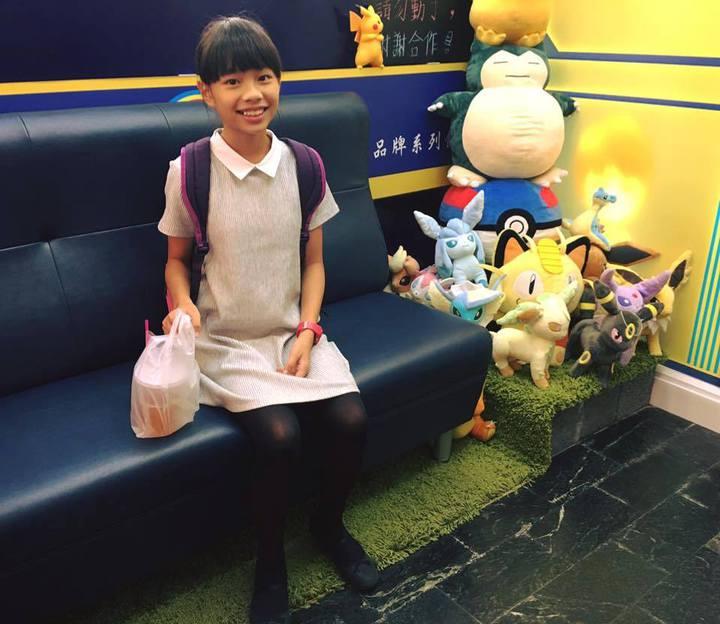 劉悅旋為在屏東縣語文競賽英文朗讀小學組脫穎而出,賽前自己選購美美的小洋裝。記者潘欣中/翻攝
