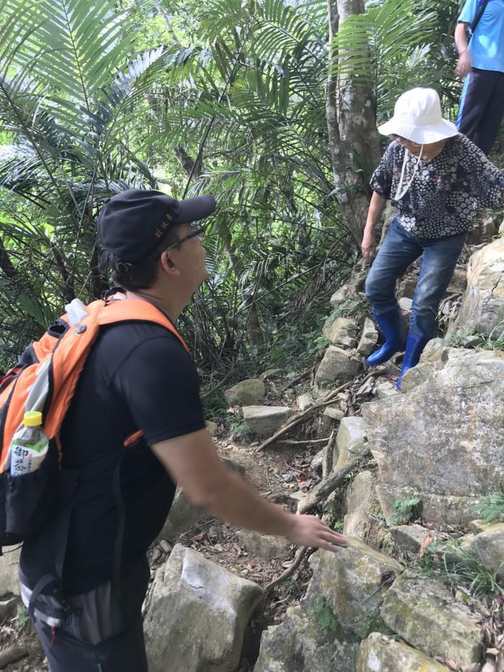 王姓遊客穿著輕裝,攀登到大禮部落。圖/消防局提供
