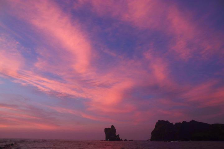 基隆鳥會凌晨出海,經3個多小時航程,破曉時分抵達棉花嶼。記者曾健祐/攝影