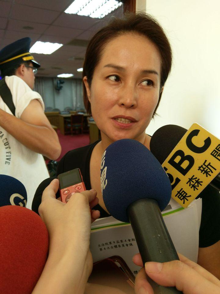 無黨籍立委高金素梅上午在立法院受訪,回應被傳施壓台大一事。記者劉宛琳/攝影